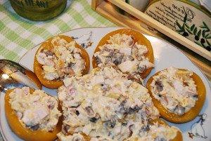 Оригинальный салат из консервированных персиков
