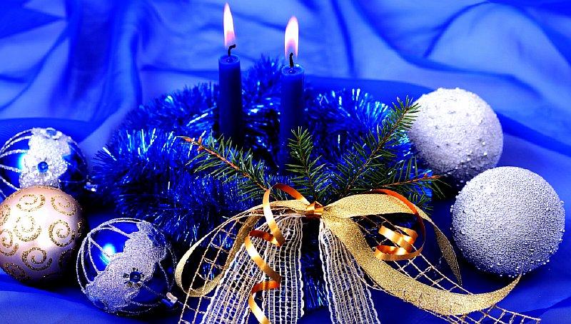 Новогодняя сервировка стола - композиция с елью и шарами